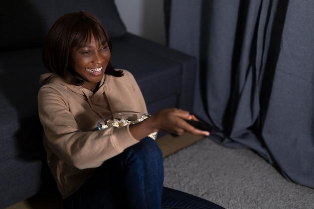 Femme américaine africaine, regarder, netflix, chez soi