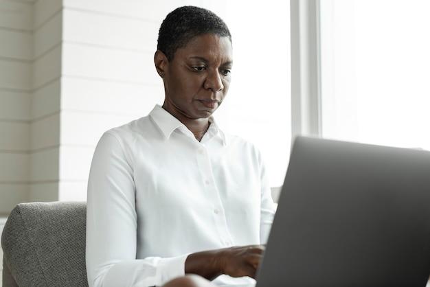 Femme américaine africaine, utilisation, a, ordinateur portable