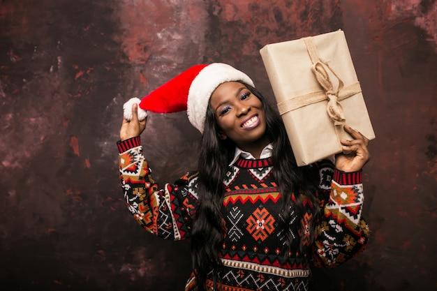 Femme américaine afro avec des cadeaux de noël