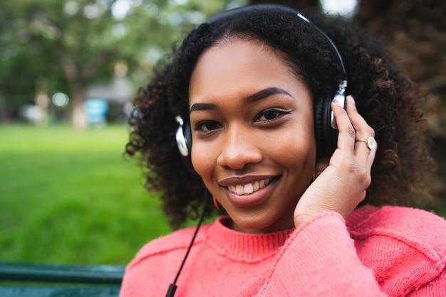 Femme américaine afro, écoute, musique