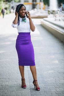 Femme américaine afro avec téléphone