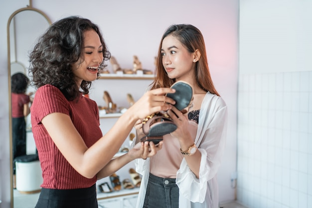 Femme, et, ami, dans, boutique mode, magasin, choisir, chaussures