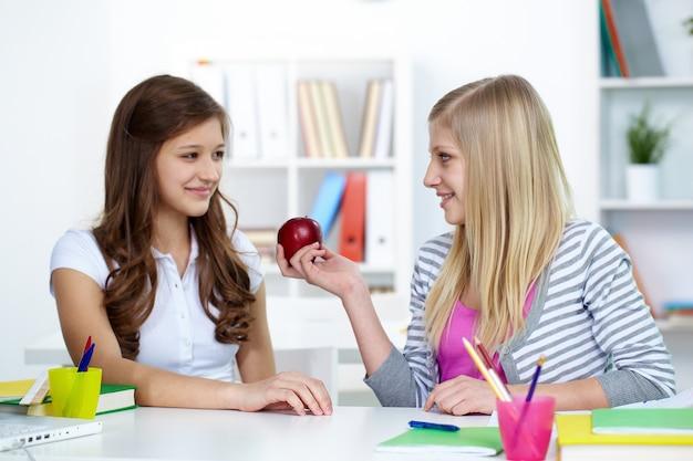 Femme amis souriant avec une pomme