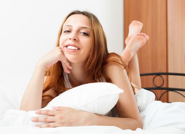 Femme amoureuse au lit