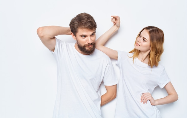 Femme amoureuse et homme t-shirts amis de la famille s'amusant à faire des gestes avec leurs mains
