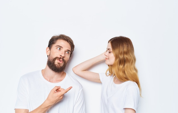 Femme amoureuse et homme t-shirts amis de la famille s'amusant à faire des gestes avec leurs mains.