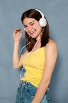 Femme, amusant, porter, écouteurs