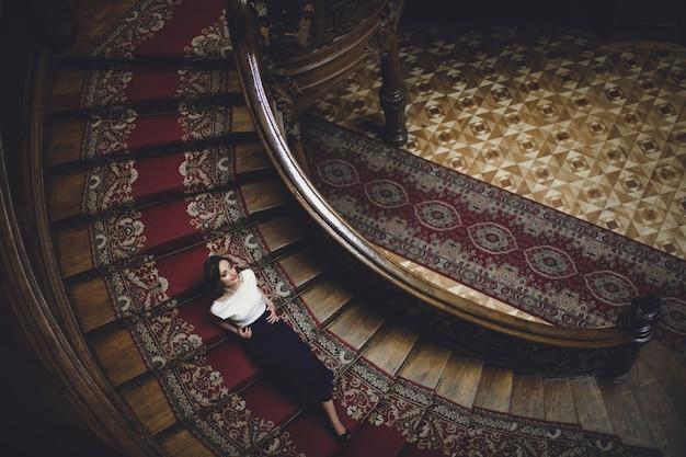 Femme sur un ancien escalier