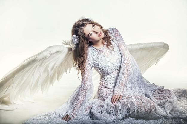 Femme ange aux ailes blanches costume dans un sens religieux
