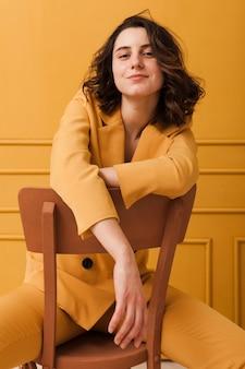 Femme à angle élevé sur chaise