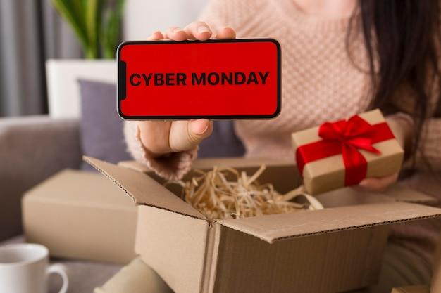 Femme à angle élevé déballant un forfait cyber lundi