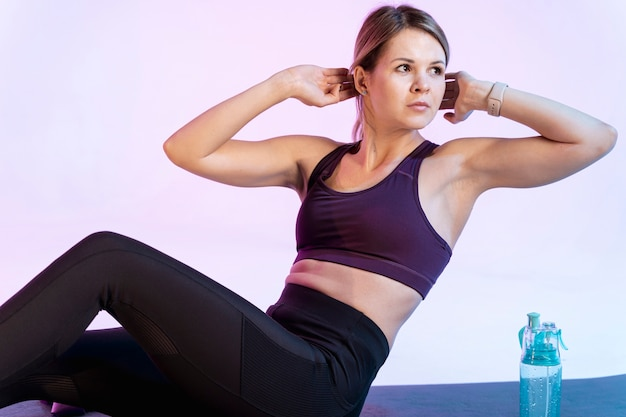 Femme, angle élevé, faire, abdominal, exercice