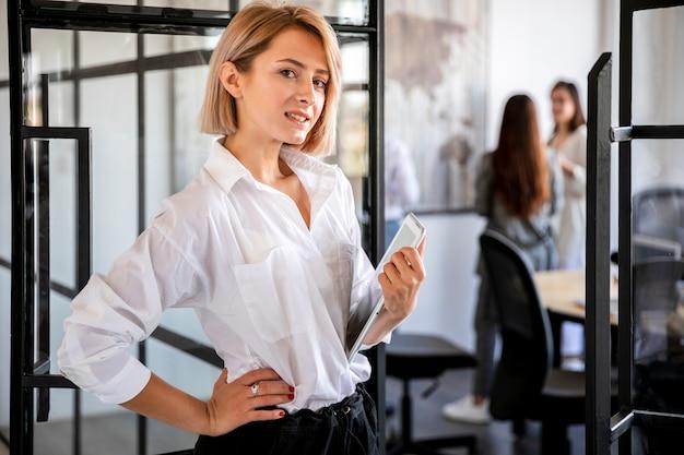 Femme à angle élevé travaillant sur une tablette