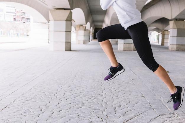 Femme anonyme effectuant des sauts