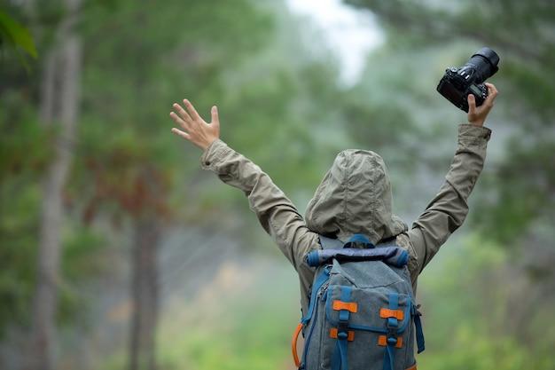 Une femme avec un appareil photo journée mondiale du photographe.