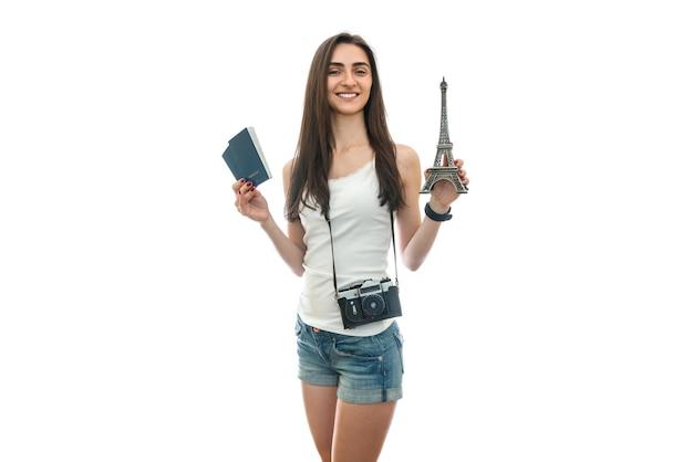 Femme, à, appareil photo, et, passeports, tenue, tour eiffel
