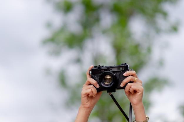Femme et appareil photo les photographes prennent des photos avec bonheur.