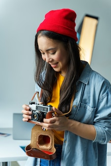 Femme, appareil photo, porter, chapeau