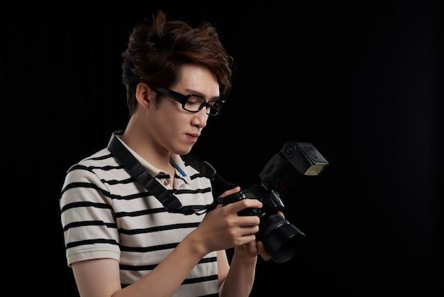 Femme avec appareil photo reflex numérique
