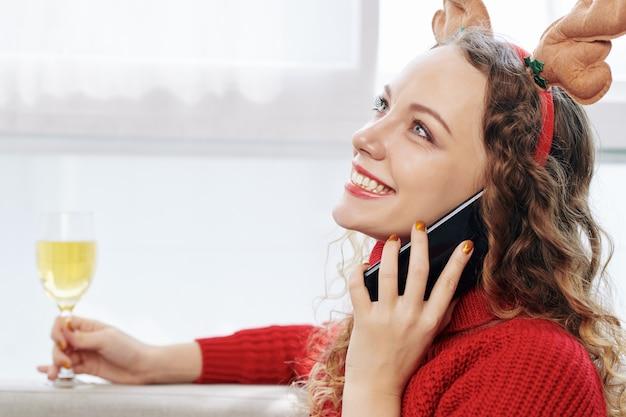 Femme appelant à un ami du jour de noël