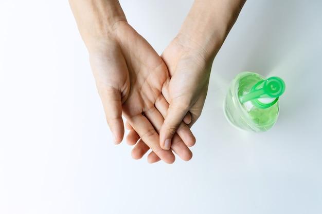 Femme appliquant du gel désinfectant sur sa main pour se protéger contre les virus infectieux et les germes