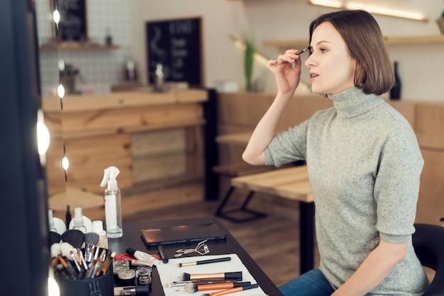 Femme en appliquant le maquillage des sourcils