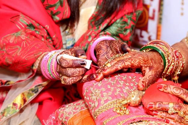 Femme appliquant un vernis à ongles naturel sur ses ongles
