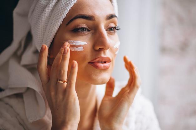Femme, appliquer, crème visage