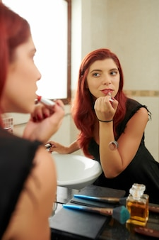 Femme, appliquer, rouge lèvres