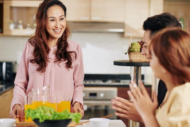 Femme apportant du jus de fruits frais