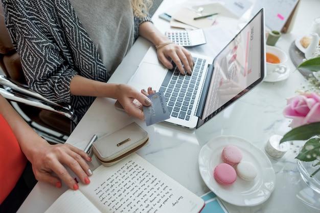Femme appréciant les achats en ligne