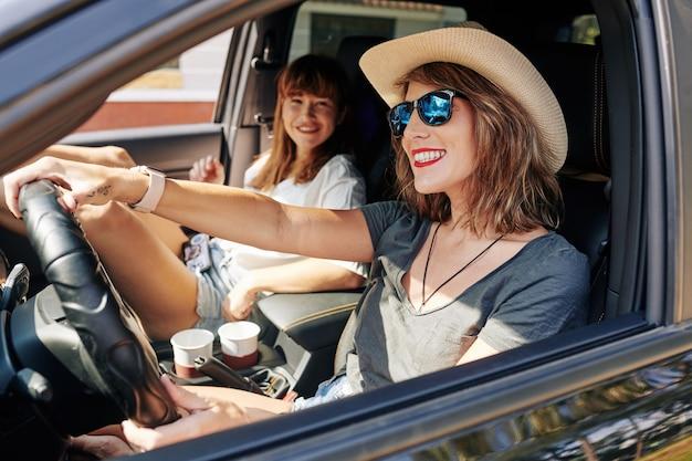 Femme appréciant la conduite de voiture