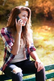 Femme appréciant dans un parc d'automne