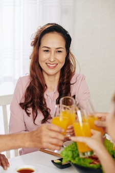 Femme appréciant le dîner en famille