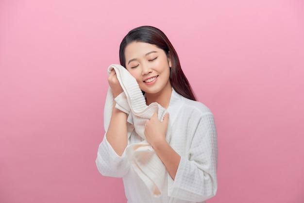 Femme appréciant la douceur d'une serviette