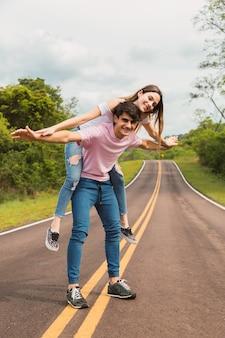 Femme appréciant le ferroutage sur le dos de son petit ami.