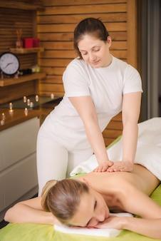 Femme appréciant le massage classique du cou et des épaules