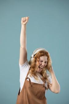 Femme appréciant la musique sur des écouteurs