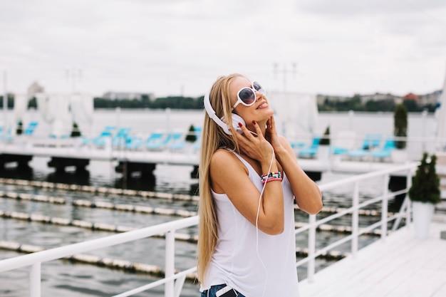 Femme appréciant la musique près de la rivière
