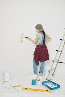 Femme appréciant la peinture des murs