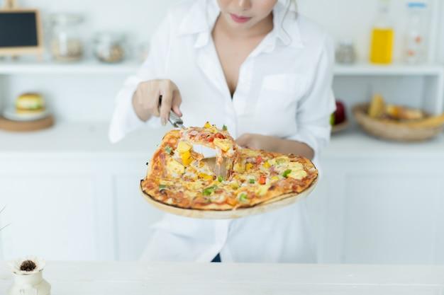 Femme appréciant une pizza