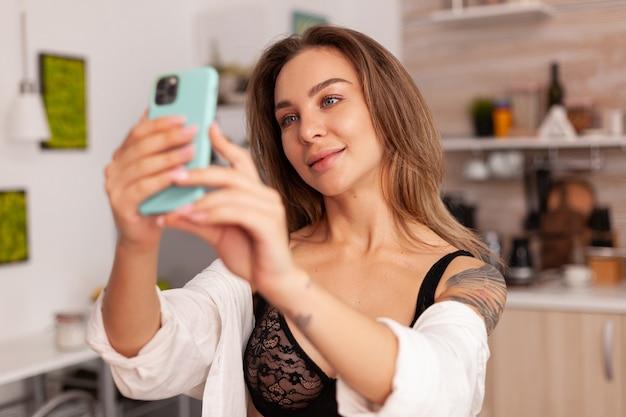 Femme appréciant de prendre des photos pendant le petit déjeuner