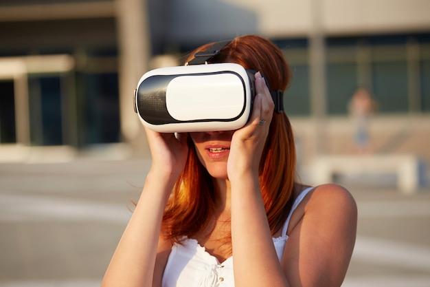 Femme appréciant la réalité virtuelle