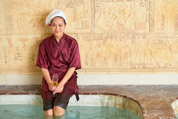 Femme appréciant le temps au spa