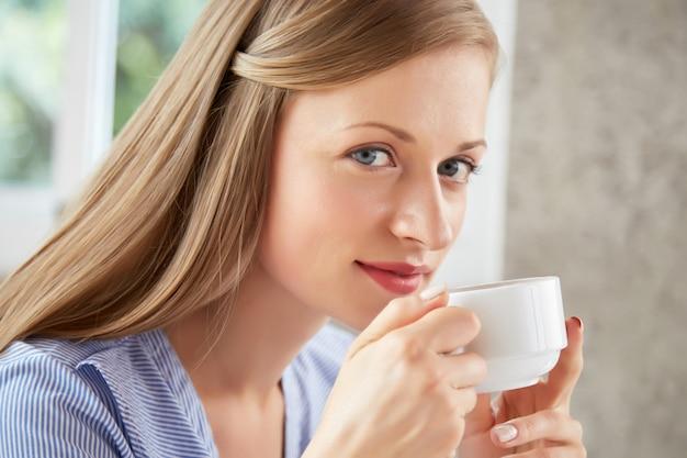 Femme appréciant le thé