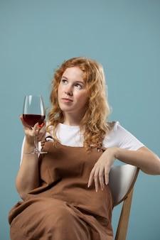 Femme appréciant un verre de vin rouge