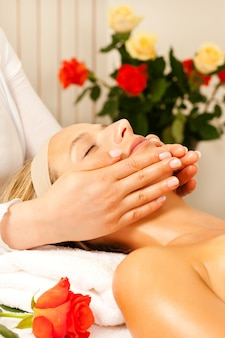 Femme, apprécier, bien-être, massage tête