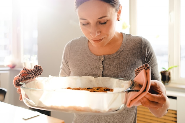 Femme, apprécier, odeur, fraîchement, cuit, tarte