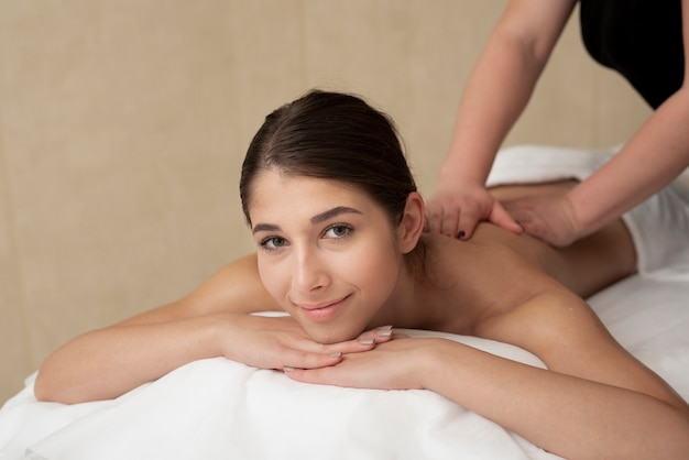 Femme, apprécier, son, dos, massage, à, spa