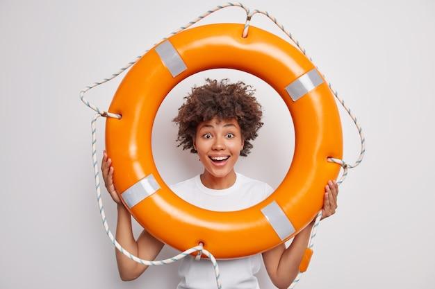 Une femme apprend à nager avec une bouée de sauvetage